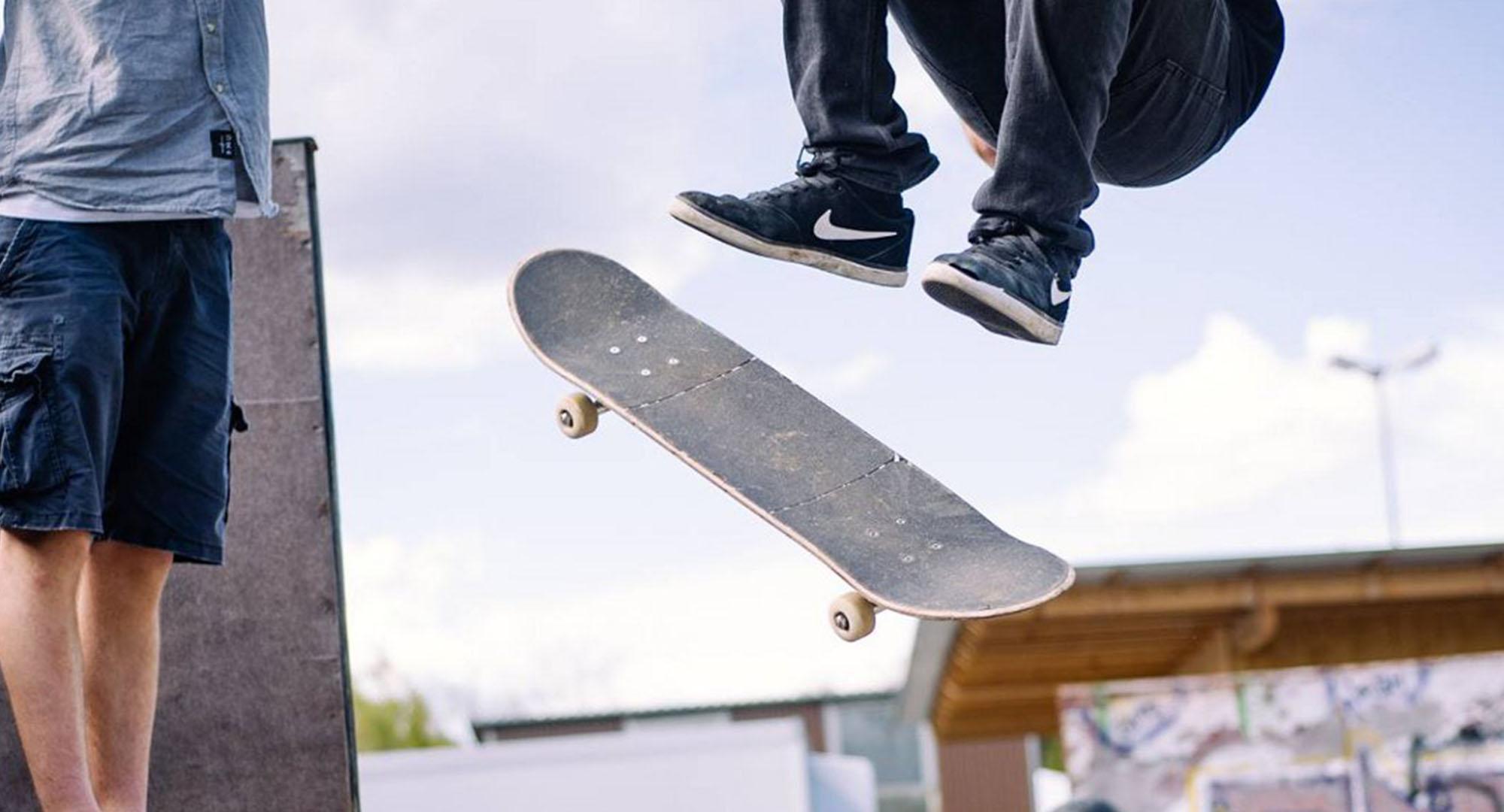Rollsportverein Ebersberg Skatepark Aufnahme, Skater beim Sprung