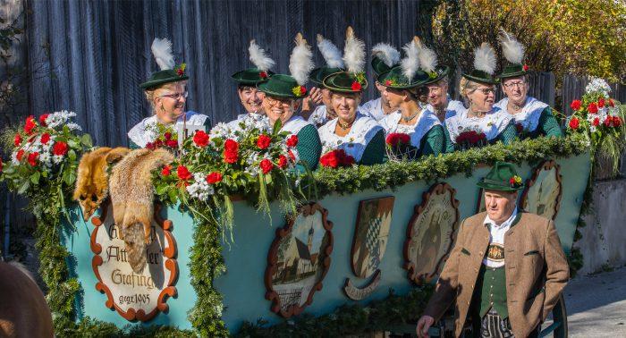 Pferdegespann mti den Attetalerinnen bei der Leonhardifahrt Grafing gesponsert von Rothmoser
