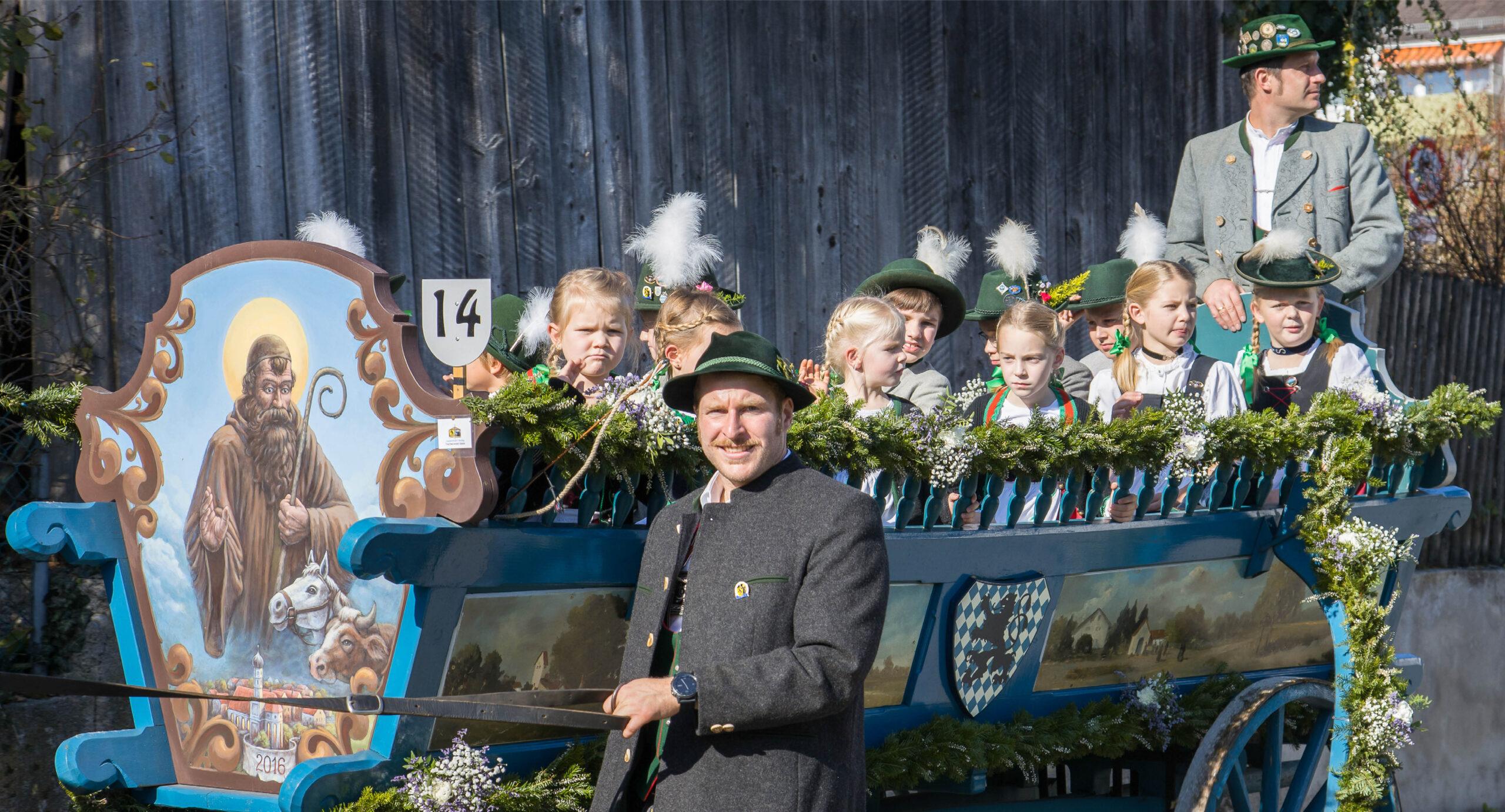 Pferdegespann mit Kindern bei der Leonhardifahrt Grafing gesponsert von Rothmoser