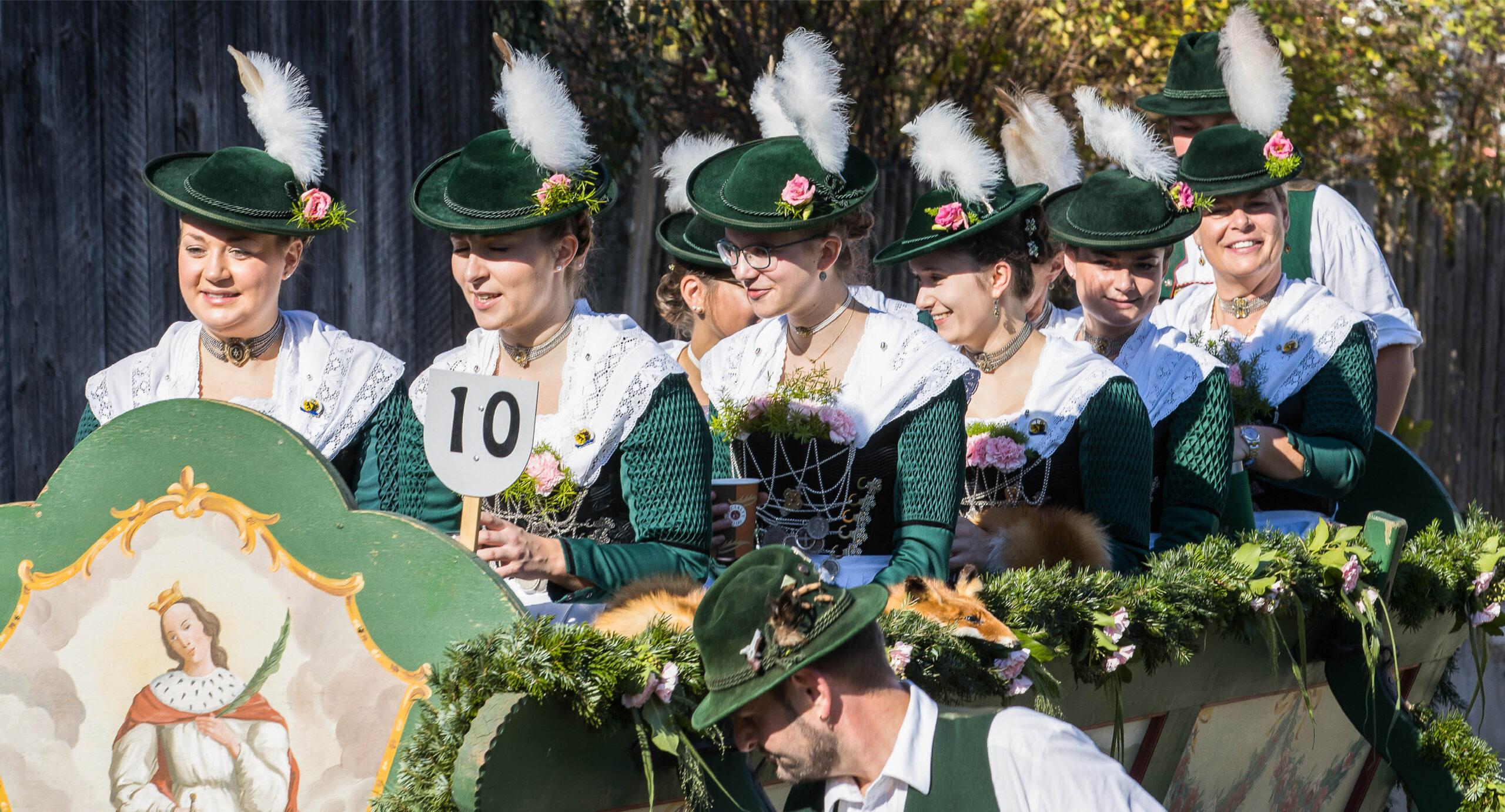 Pferdegespann mit Mütterbund bei der Leonhardifahrt Grafing gesponsert von Rothmoser