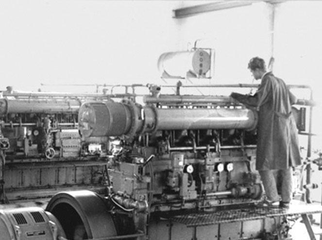 Altes Foto von Peter Rothmoser beim Prüfen der Mottoren im Kraftwerk in der Gartenstraße