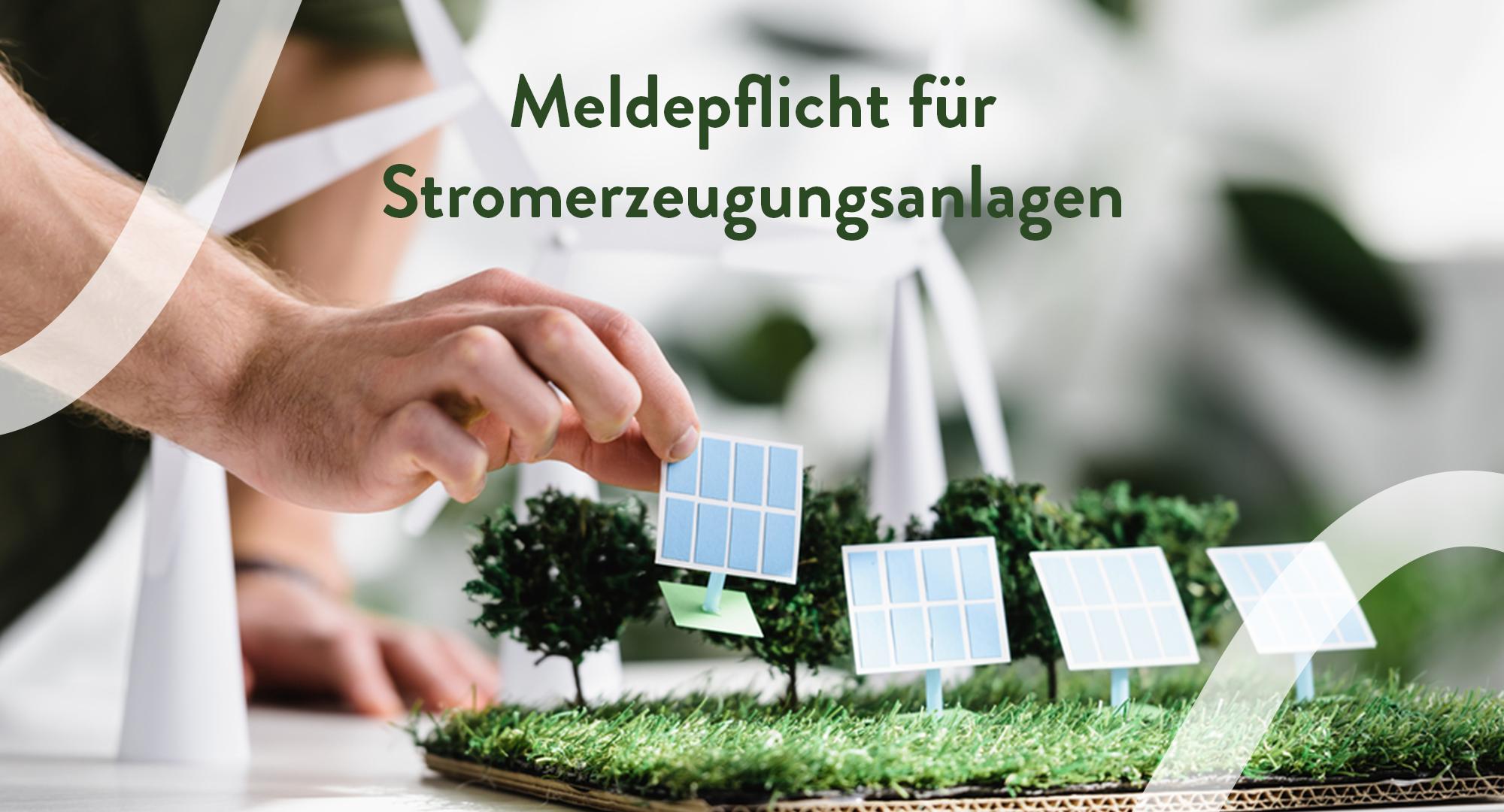 Modell einer Photovoltaikanlage mit dem Hinweis zur Meldepflicht von Stromerzeugungsanlagen