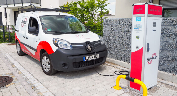 Rothmoser Ladesäule im Neubaugebiet Pfarrer Aigner Straße mit Elektroauto