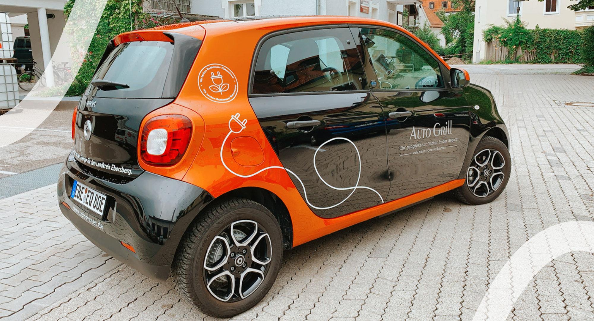 Elektroauto Smart für die Autoteiler Grafing, gepsonsert von Rothmoser mit schöner Beklebung