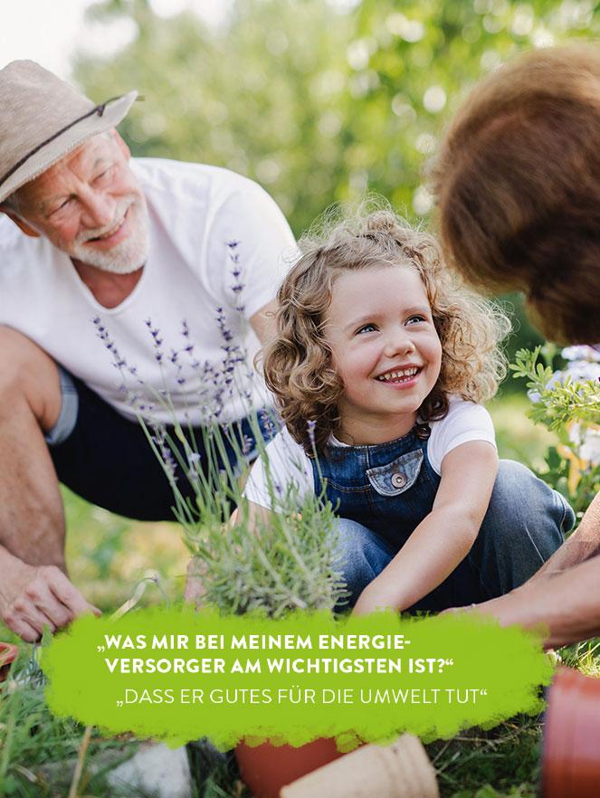 Werbeanzeige für den Rothmoser Naturstrom zum Thema Umwelt zeigt Großeltern mit Enkelin beim Arbeiten im Garten