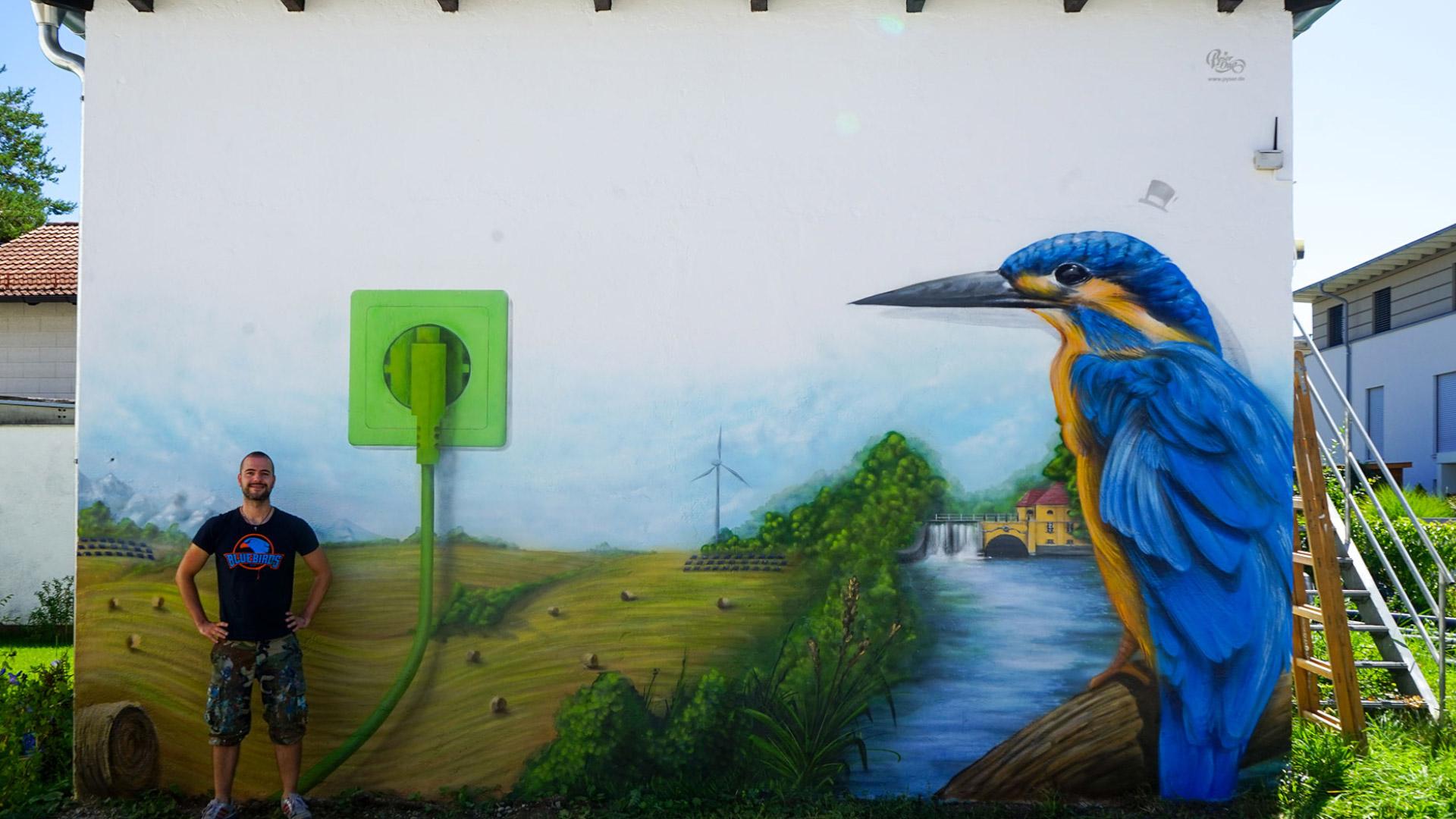 Graffiti Künstler Pyser vor seinem Kunstwerk für den Energieversorger Rothmoser zum Thema Nachhaltigkeit
