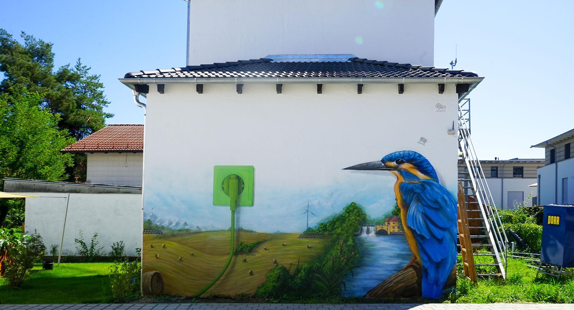 Gesamtbild des Graffitis von Pyser zum Thema Nachhaltigkeit mit Eisvogel, natur und grüner Naturstrom Steckdose