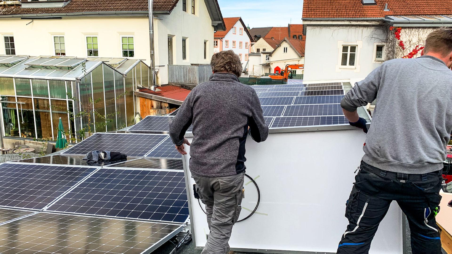 Aufbau der Photovoltaikanlage durch die Firma Wieser auf der Garage des Rothmoser Kraftwerks in der Gartenstraße in Grafing bei München