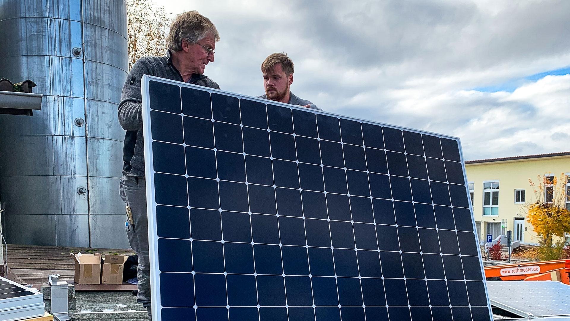 Installation der Photovoltaikanlage auf der Garage des Rothmoser Kraftwerks in der Gartenstraße in Grafing bei München