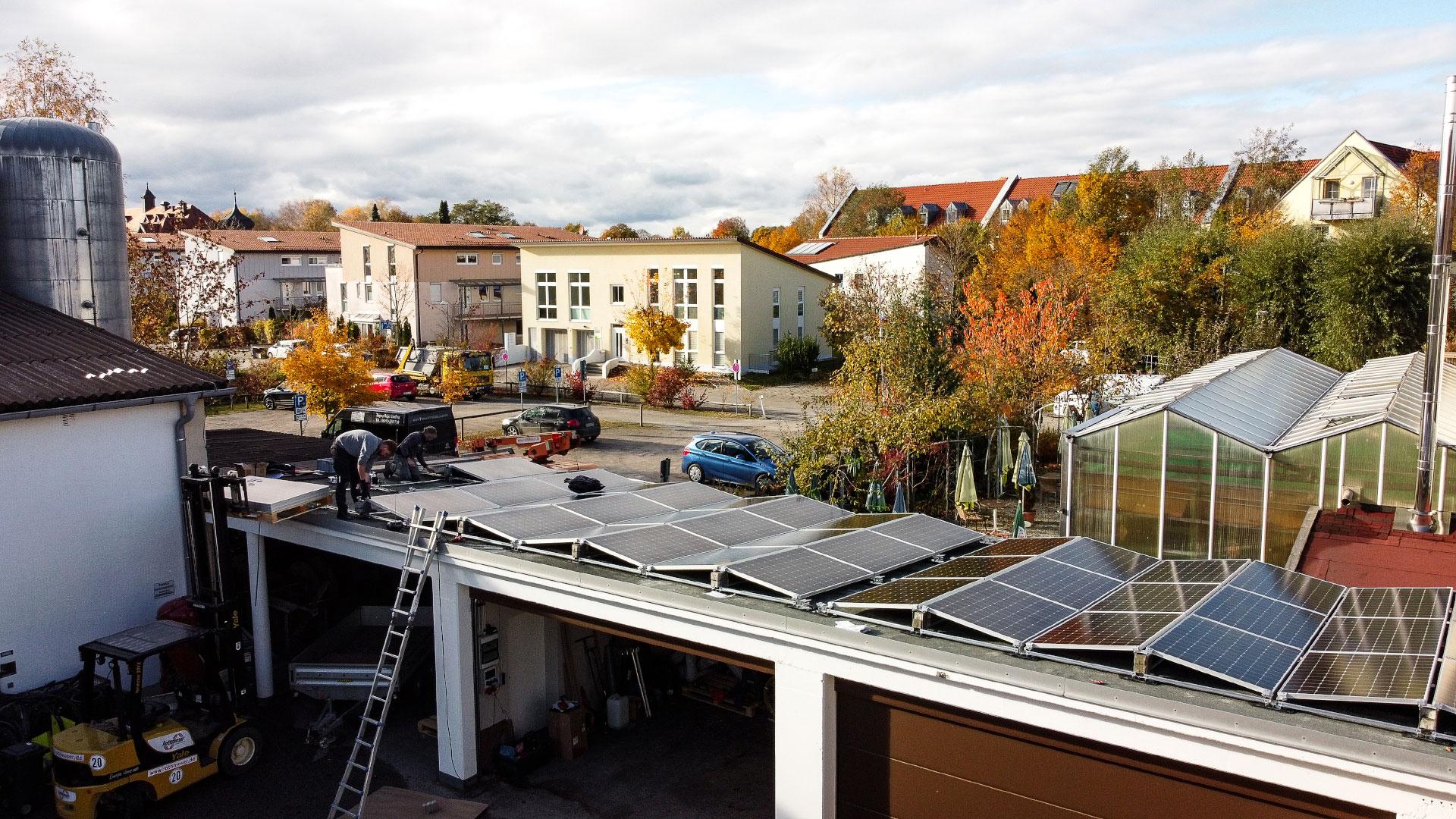 Drohnenaufnahme der Photovoltaikanlage auf der Garage des Rothmoser Kraftwerks in der Gartenstraße in Grafing bei München