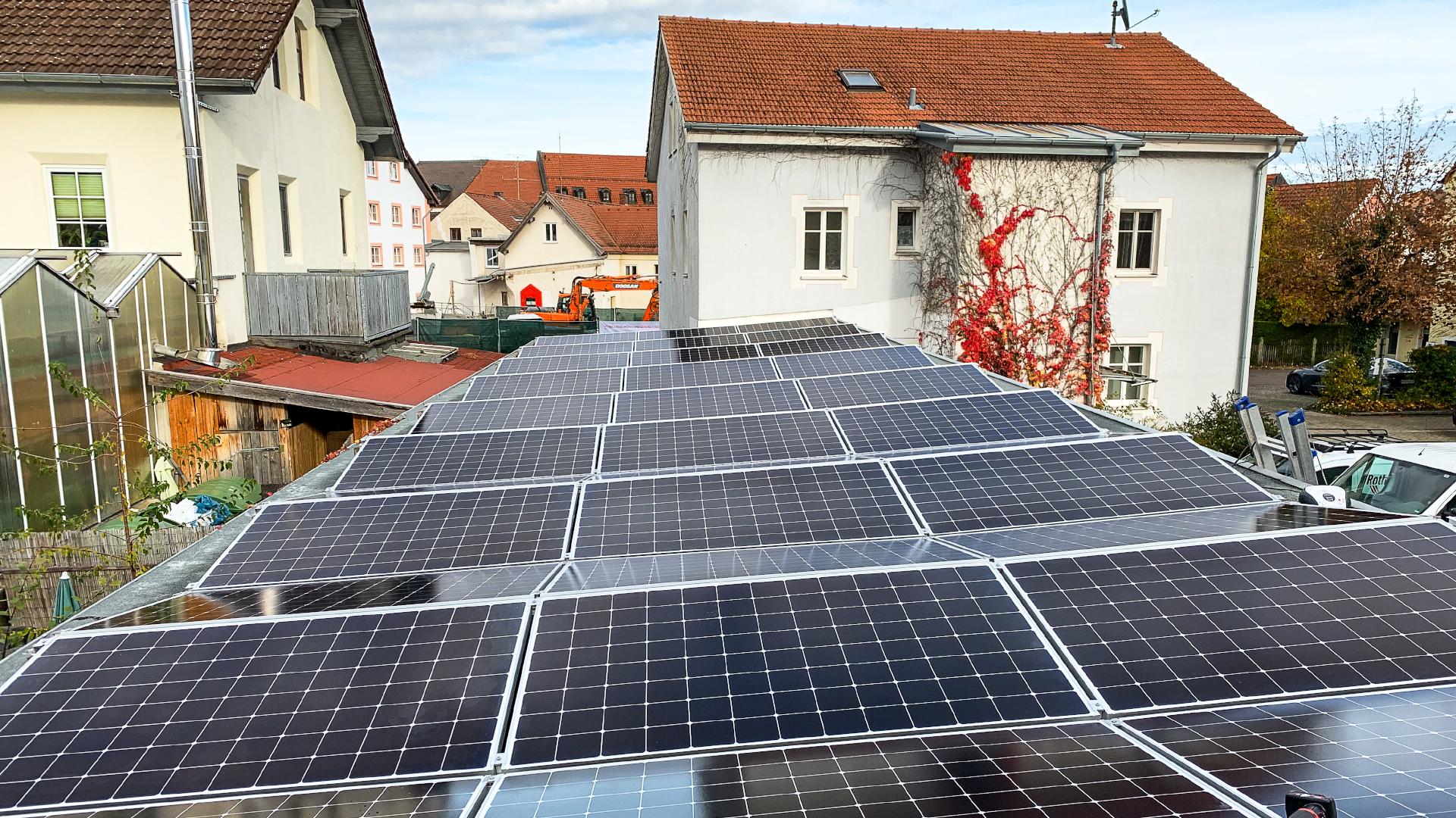 Photovoltaikanlage auf der Garage des Rothmoser Kraftwerks in der Gartenstraße in Grafing bei München